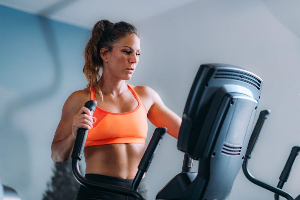 Kobieta ćwicząca naorbitreku