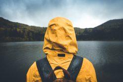 Jaka kurtka przeciwdeszczowa będzie dobra wgóry idomiasta?