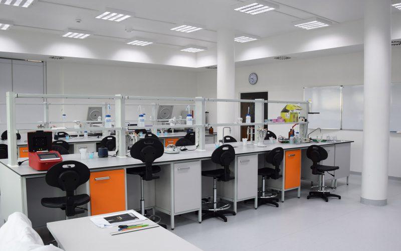 Jakie meble laboratoryjne znajdują się wlaboratorium?