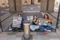 Aktywiści LGBT+ przykuli się dobramy Ministerstwa Edukacji iNauki