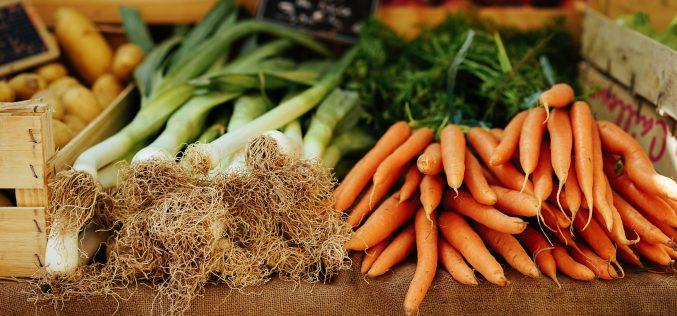 Francja zakazuje pakowania owoców iwarzyw wplastik